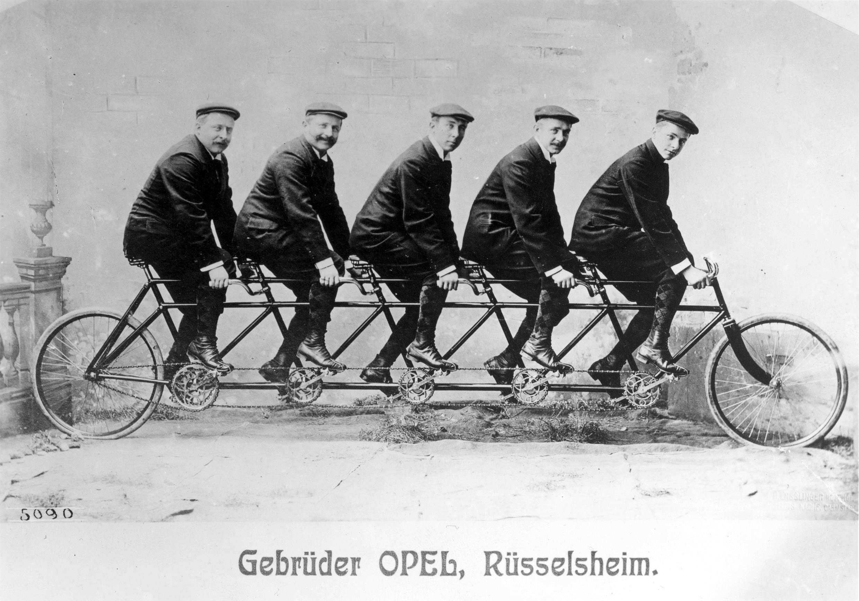 Alle fünf Opel-Brüder auf einem Rad: Opel wurde mit der Erfindung des Niederrades Ende des 19. Jahrhundert zum größten Fahrradhersteller Deutschlands.