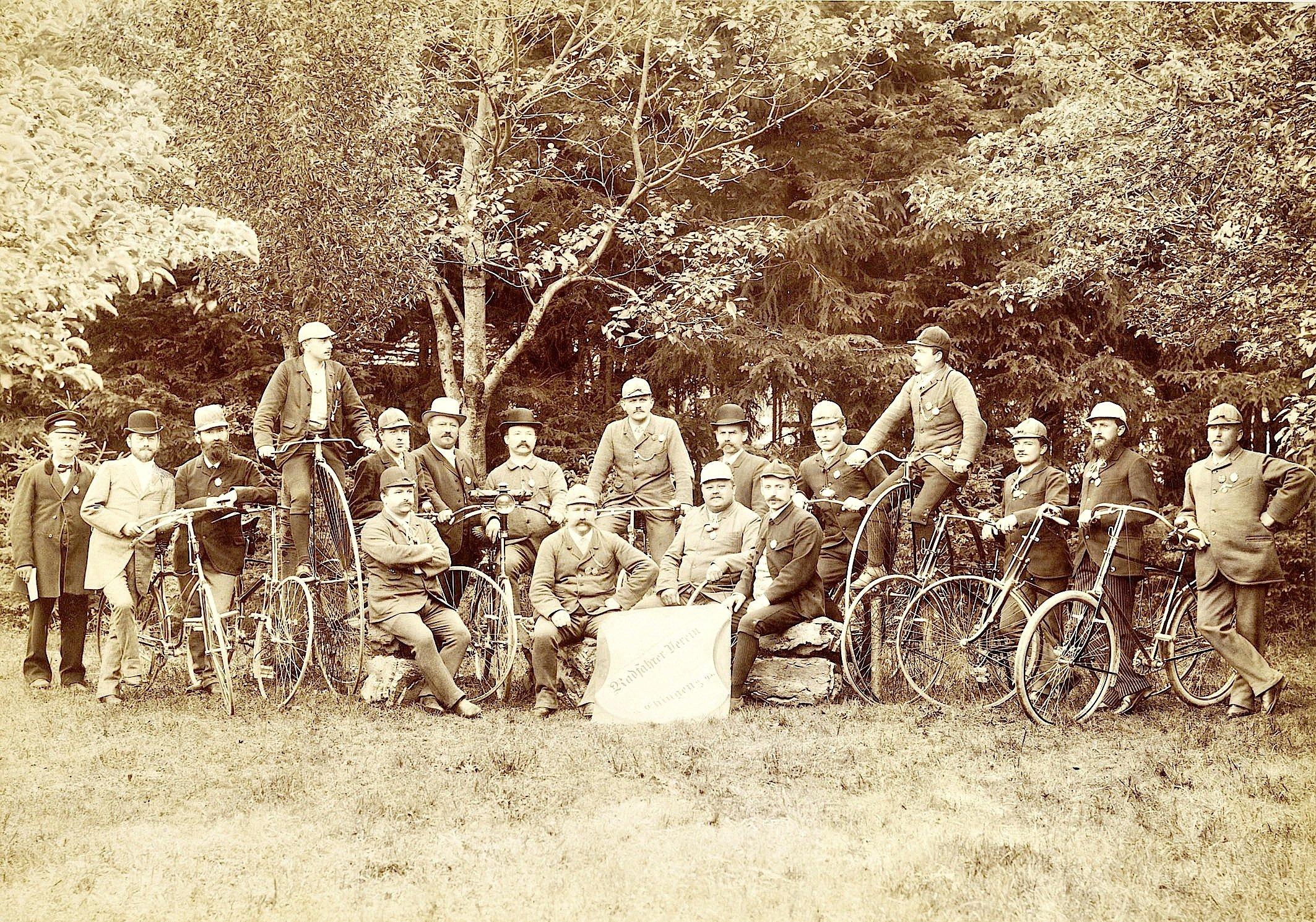 Gruppenfoto des Radfahrer-Vereins Ehingen aus dem Jahr 1895, bei dem die ausschließlich männlichen Mitglieder mit Hoch- und Niederrädern posieren.