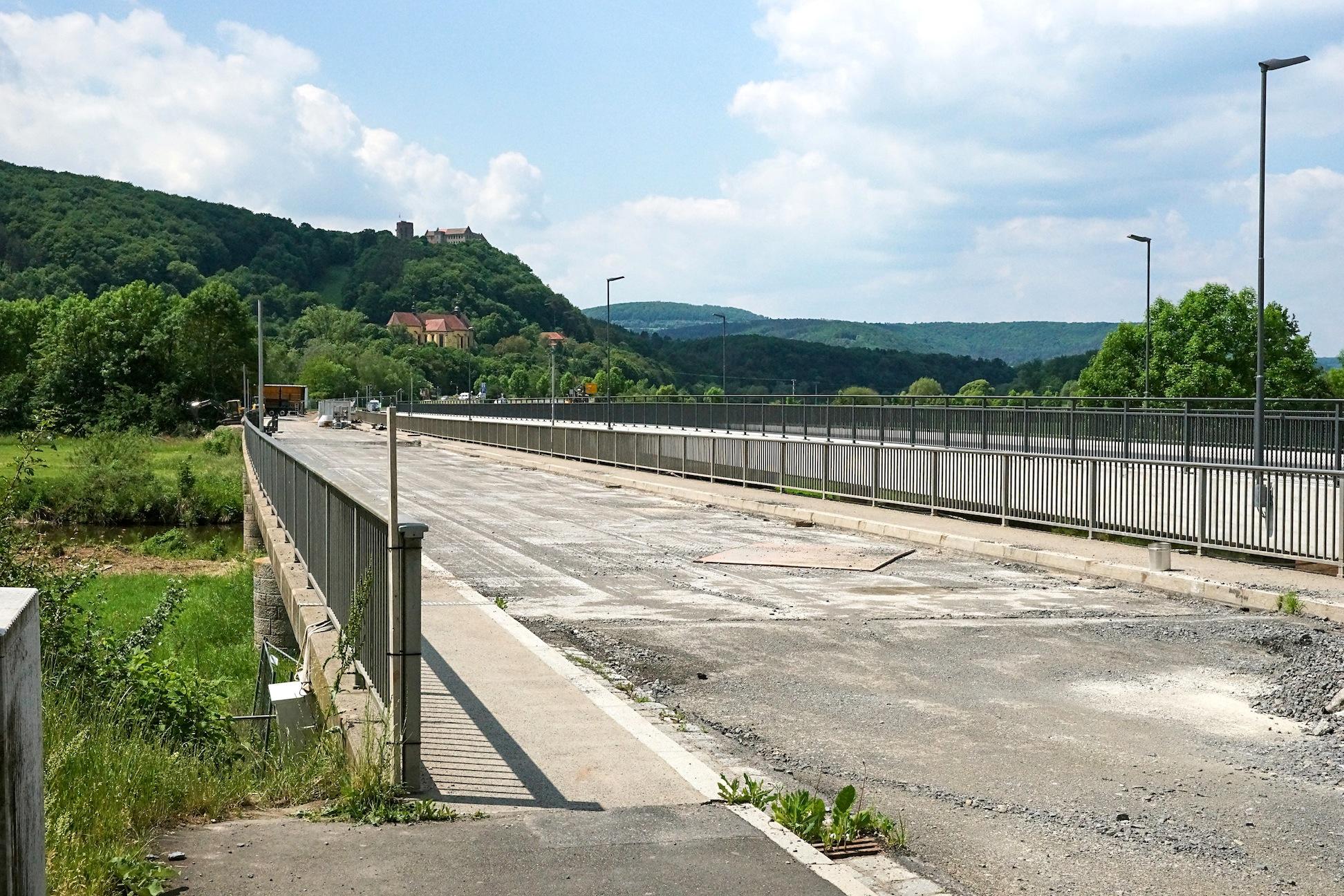 Die mehrspurige Saalebrücke in Hammelburg in Franken wurde in den 1960er Jahren gebaut und ist marode.