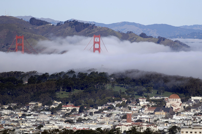 Pfeiler der Golden Gate Bridge inSan Francisco ragen aus dem Nebel heraus.