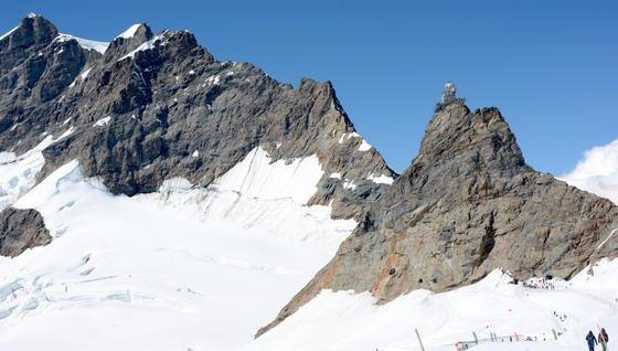 Das Sphinx-Observatorium mit vermessenem Gletscher unterhalb des Aletschausgangs (re.). Im Hintergrund ist der 4158,2 m hohe Jungfraugipfel zu sehen.
