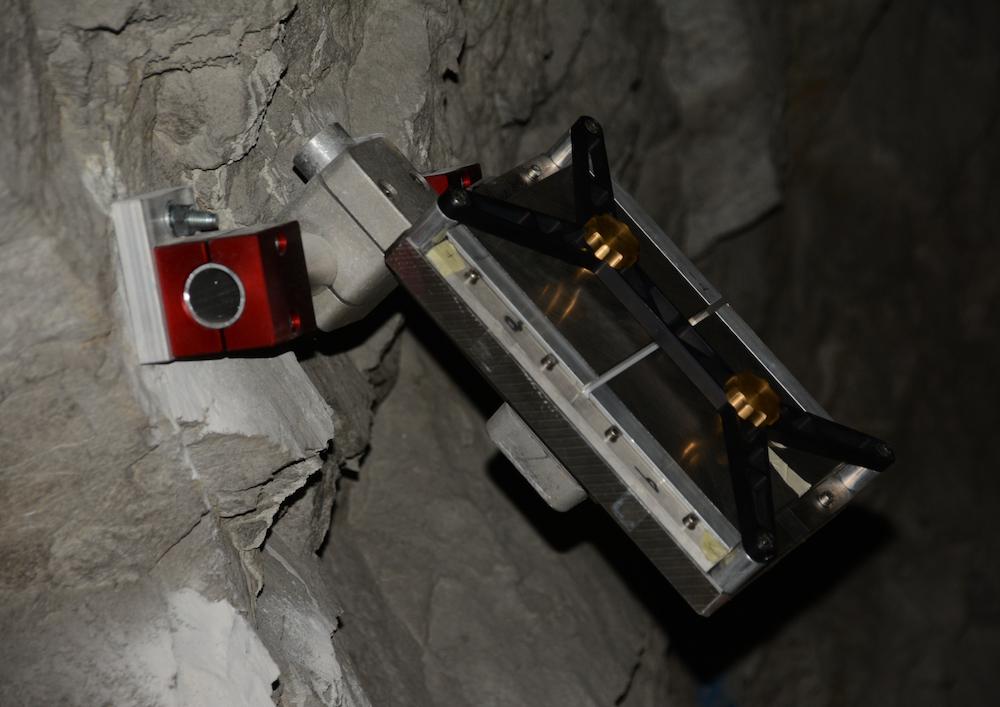 Ein mit Emulsionsfilmen bestückterDetektor im Tunnel.