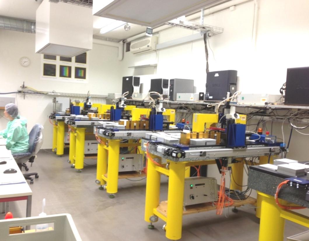 Mikroskope, die zum Scannen der Filme am Laboratorium für Hochenergiephysik(LHEP) in Bern eingesetzt werden.