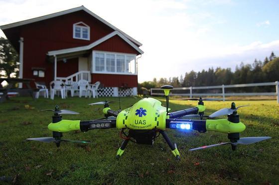 Quadrocopter des schwedischen Start-ups Flypulse. An der Unterseite der Drohne ist ein Defibrillator befestigt.