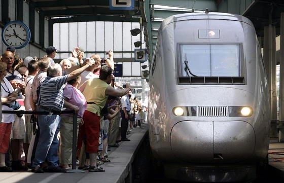 Halt eines TGV in Stuttgart: Die französische Bahn SNCF will schon in vier Jahren die ersten Hochgeschwindigkeitszüge ohne Lokführer fahren lassen.