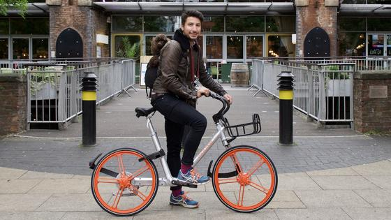 Das erste Mobike für Manchester ist schon da: Mit 1.000 Rädern startet das chinesische Leihradsystem erstmals in Europa. In Asien hat Mobike schon 4,5 Millionen Räder auf den Straßen. Jetzt ist Europa dran.