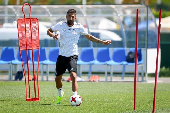 Dribbel-Übung des deutschen Fußballspielers Kerem Demirbay in Sotschi: VR-Technik bietet sogar die Möglichkeit, Dribbelübungen auf ganz bestimmte Gegenspieler auszurichten.