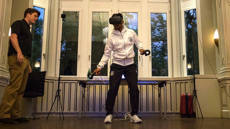 Nationalspieler Serge Gnabry beim Training mit der neuen VR-Technik: Der DFB will mit VR-Brillen diepsychologischen und kognitiven Fähigkeiten der Fußballspieler verbessern.