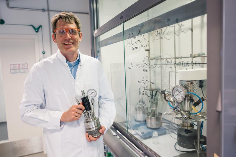 Lukas Gooßen, Evonik-Stiftungsprofessor an der Ruhr-Uni Bochum, hat das neue Verfahren für Biokraftstoffe gemeinsam mit Doktoranden entwickelt.