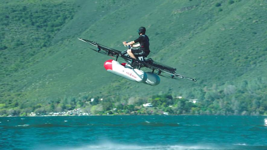 DerKitty Hawk Flyer, eine Mischung aus Motorrad undOctocopter, hat seinen Erstflug absolviert. Ein Förderer des Projekts ist Google-Gründer Larry Page.Acht Rotoren drücken Luft nach unten und lassen denKitty Hawk Flyer dadurch fliegen.