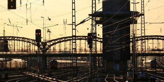 Schienen, Züge, Hochspannung–der Bahnverkehr ist ein logistisches Großprojekt.