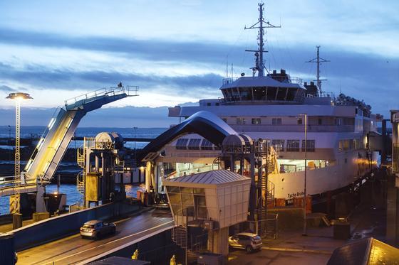 Die Autofähre Tycho Brahe wurde von ABB zusätzlich zum Dieselantrieb mit einem Elektromotor ausgestattet. Künftig soll sie die Überfahrt zwischenden Hafenstädten Helsingör in Dänemark und Helsingborg in Schweden rein elektrisch absolvieren.
