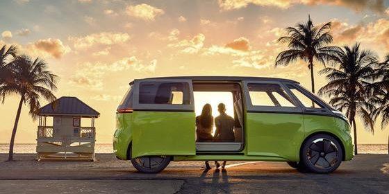 Der VW-Bus nach Vorbild des legendären T2 kommt in modernem Gewand zurück: Die Studie I.D. Buzz, die VW im März auf dem Genfer Autosalon vorgestellt hatte, geht in Serie. Der Buzz ist ein reines Elektroauto.
