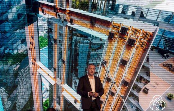 Andreas Schierenbeck, Vorstandsvorsitzender von Thyssenkrupp Elevator, präsentiert in Rottweil im Testturm das neue Aufzugsystem Multi. Die vorgestellten neuartigen Aufzüge werden durch Magnetschwebetechnik transportiert.