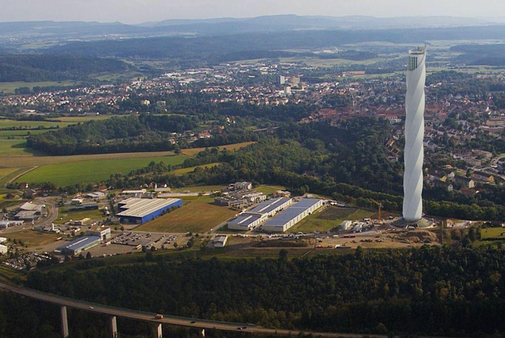 Im neu errichteten 246 Meter hohen Versuchsturm(re.) im baden-württembergischen Rottweil wird in drei Schächten auch der seillose Aufzug Multi getestet.