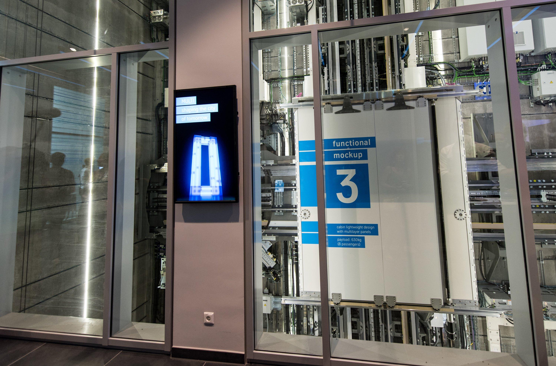 Eine Kabine des neuen Aufzugsystems Multi von Thyssenkrupp Elevator fährt im Testturm.