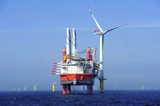 Den Strom beispielsweise aus dem Offshore-Windpark Riffgat will das Oldenburger Energieunternehmen EWE künftig in der größten Batterie der Welt speichern, die wiederum in einem Salzstock gebaut werden soll.