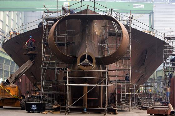 Bau eines Frachtschiffs in der Werft in Wismar: Verwirbelungen des Wassers am Schiffsrumpf erhöhen den Reibungswiderstand. Jetzt ist Ingenieuren die Entwicklung einer Beschichtung geglückt, die der Delfinhaut nachempfunden ist. Der Effekt: Der Widerstand sinkt um 6 Prozent, entsprechend auch der Treibstoffverbrauch.