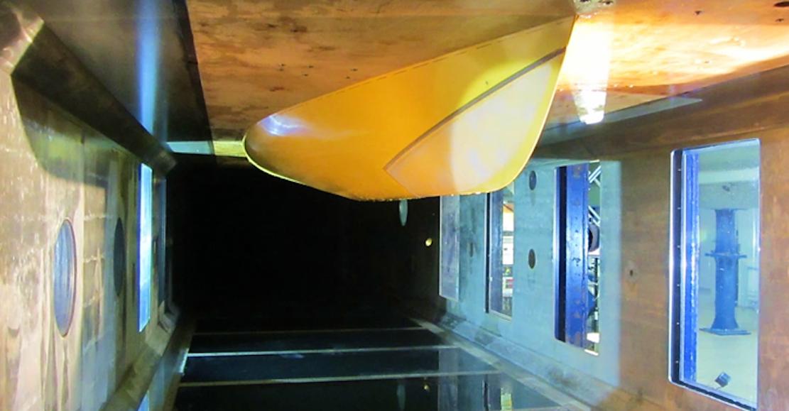 Das mit einer nachgiebigen Beschichtung gestrichene Bugsegment wurde im Wasserkanal in Hamburg getestet.