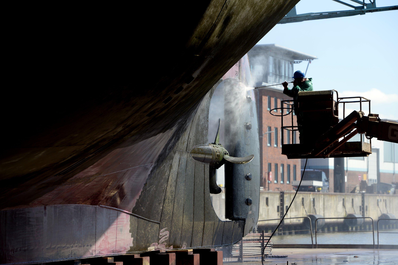 Reinigung des Segelschulschiffs Alexander von Humboldt II inBremerhaven: Ingenieure haben einen Lack entwickelt, der unter elektrischer Spannung steht und damit den Bewuchs durch Muscheln und Seepocken verhindert.