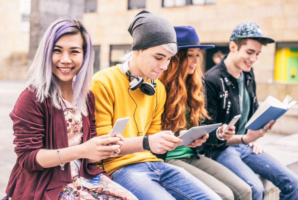 25 Prozent der Generation Y verbringen mehr als fünf Stunden täglich am Mobiltelefon. Und beim Lernen oder Arbeiten lenkt es sogar ab, wenn es nicht auf dem Tisch, sondern abgeschaltet in der Tasche liegt.