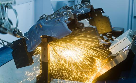 Laser werden in der Industrie etwa zum Bearbeiten von Werkstücken eingesetzt –wie hier in der Automobilbranche.