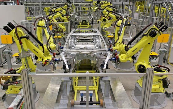 Bei einigen Produktionsschritten ist schon heute kaum noch menschliches Zutun nötig.