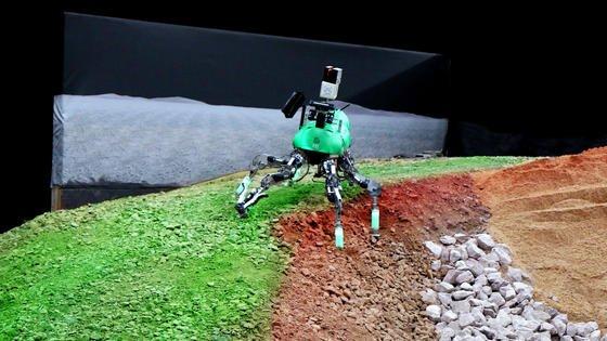 Ob er den Weg am Steilhang entlang oder über den Graben wählt, soll der kleine Roboter künftig selbst entscheiden.