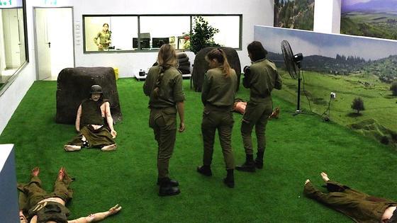 Welche Verletzten müssen zuerst versorgt werden? Sanitäter der israelischen Armee üben Katastropheneinsätze mit Dummies, die schreien und bluten können.