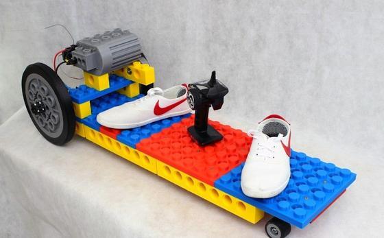 Dieses Board ist aus großen Legosteinen aus dem 3D-Drucker gefertigt. Angetrieben wird es von einem Elektromotor in Legooptik.