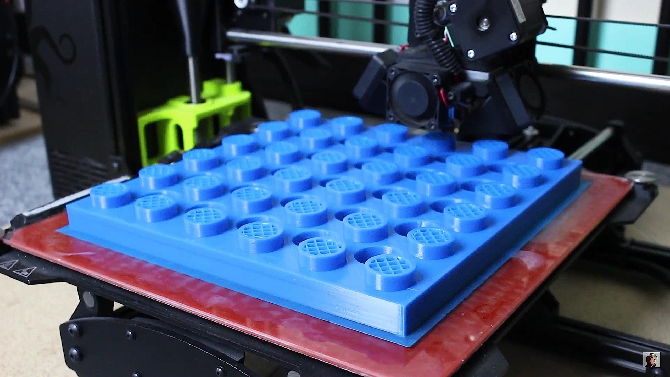 Herstellung einer Legoplatte mit einem 3D-Drucker.