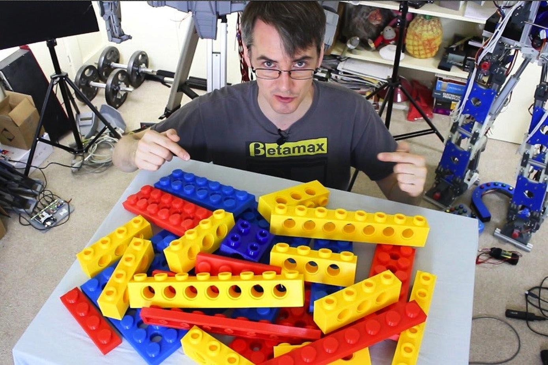Der Brite James Burton hat besonders große Legosteine mit einem 3D-Drucker hergestellt, um daraus ein Board zu bauen. Die Steine sind verklebt, damit das Board auch während der Fahrt stabil bleibt.