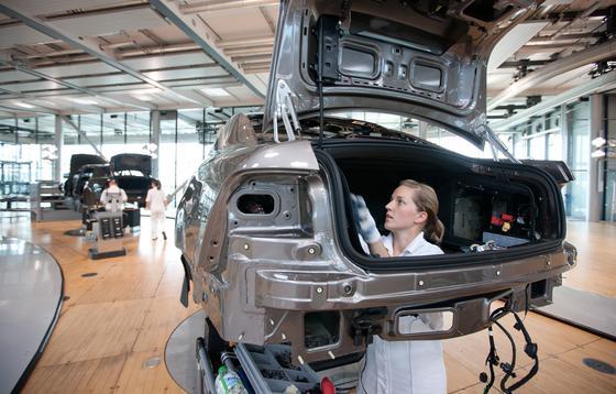 Bei der Herstellung von Elektrofahrzeugen werden künftig wohl weniger Mitarbeiter benötigt als bei Verbrennern, 620.000 Stellen macht das aber nicht aus.