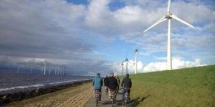 Windkraftanlagen, die auf Deichen stehen