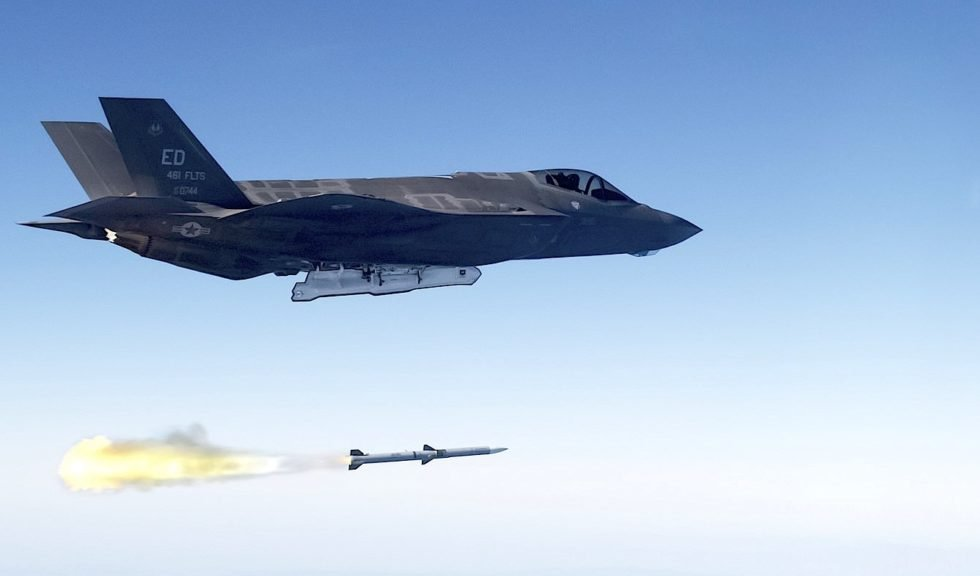 Abschuss einer Rakete von einer F-35 von Lockheed Martin: Die USA wollen neue Lenkwaffen entwickeln, die so schnell ihr Ziel erreichen sollen, dass beispielsweise Atomraketen in Nordkorea noch vor dem Abschuss auf der Startrampe zerstört werden.