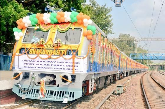 Mitte Juli 2017 wurde der erste Zug mit Photovoltaik-Unterstützung auf die Schienen Neu-Delhis gesetzt.