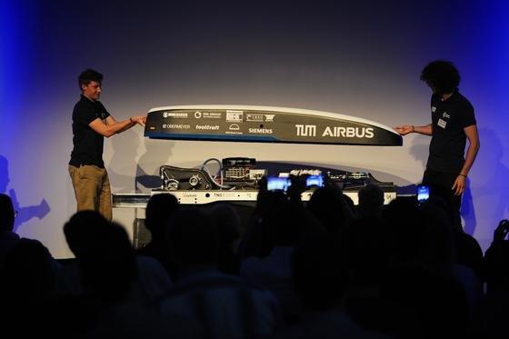 Die TU München hat einen neuen Prototypen für den Hyperloop vorgestellt, der Ende August in der Teströhre in den USA eine Spitzengeschwindigkeit von 350 km/h erreichen soll.