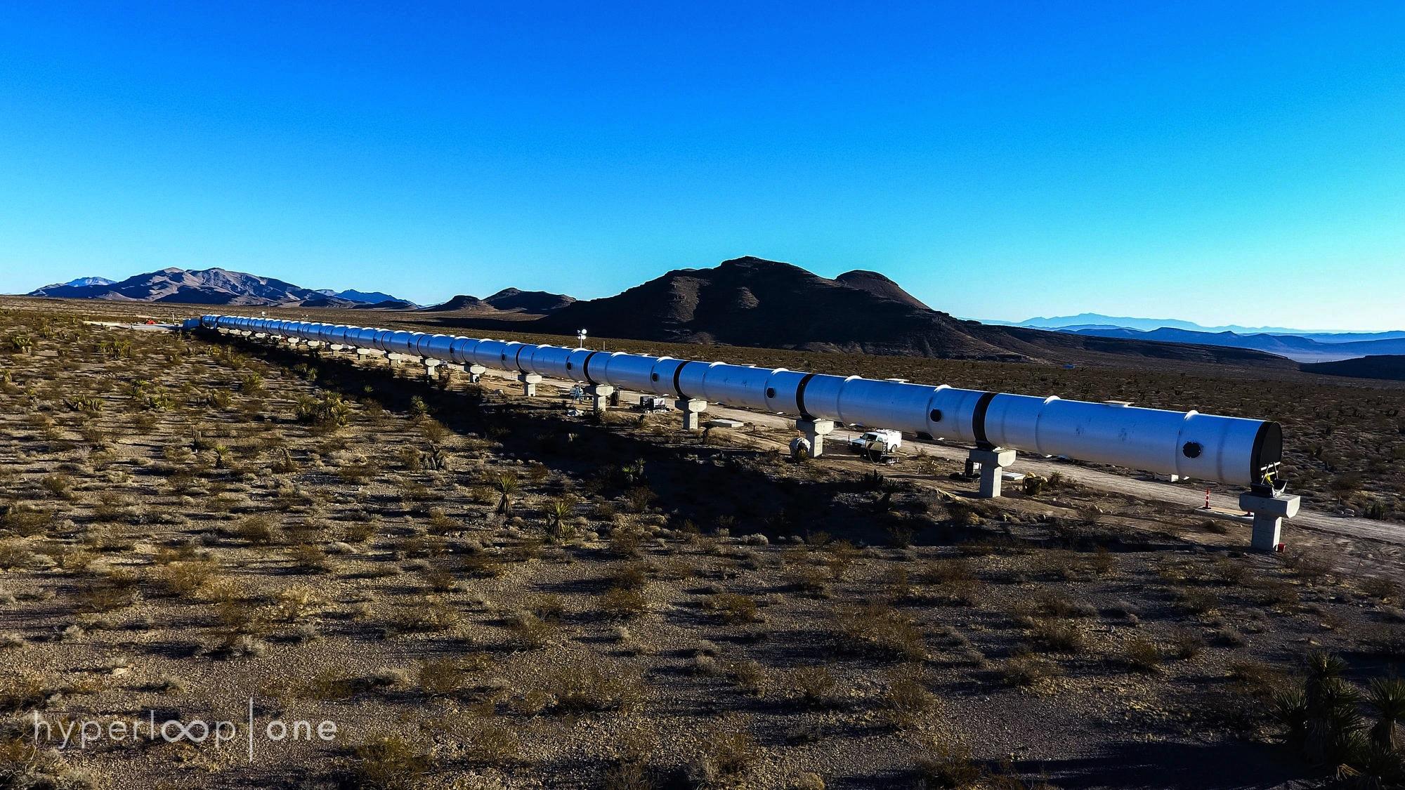 Hyperloop One hat in der Wüste Nevadas seine erste Teststrecke eröffnet –ein Outdoor-Testlabor für Antriebs-, Vakuum- und Steuerungstechnik.
