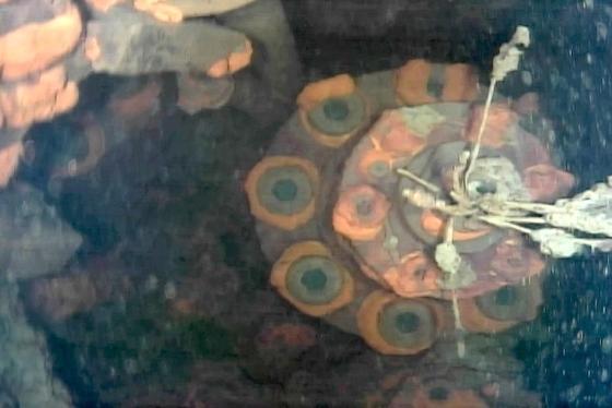 Trümmerteile vermischt mit Brennstoff liegen auf dem Boden eines Sicherheitsbehälters unter Reaktor drei.