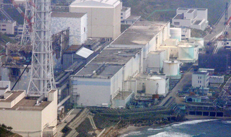 Das Bild zeigt die von einem Tsunami zerstörten Reaktoren des Kernkraftwerks Fukushima Dai-ichi. Es wurde im Mai 2012 aufgenommen. Seit dem 19. Juli 2017 ist ein Unterwasser-Roboter im Einsatz, der Bilder und andere Daten im zerstörten Kernkraftwerk aufnimmt. Der Roboter ist auf einer Mission, um den Schaden zu studieren und Kernbrennstoff zu finden. Experten nehmen an, dass er geschmolzen ist und dass sich das meiste davon auf dem Boden der Kammer in hoch radioaktivem Wasser abgelagert hat.