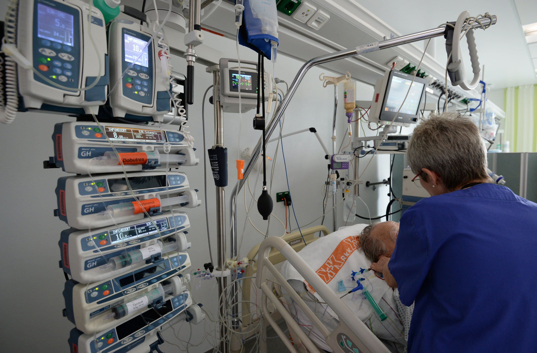 Kabel, wohin man schaut: Zur Überwachung der Körperfunktionen werden Patienten in Krankenhäusern über Kabel an Messgeräte angeschlossen. Das könnte bald überflüssig werden.