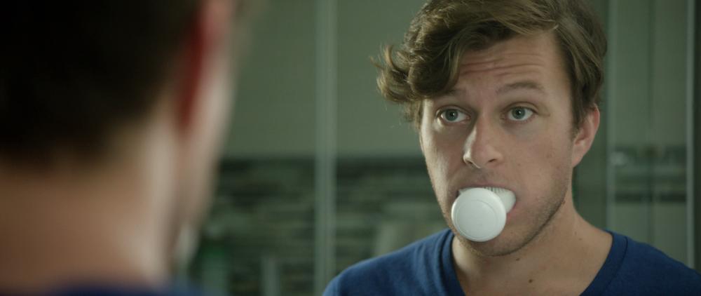 Blick in den Spiegel mit Amabrush im Mund:Sieht zwar ziemlich gewöhnungsbedürftig aus, dafür dauert das Zähneputzen aber auch nur zehn Sekunden.