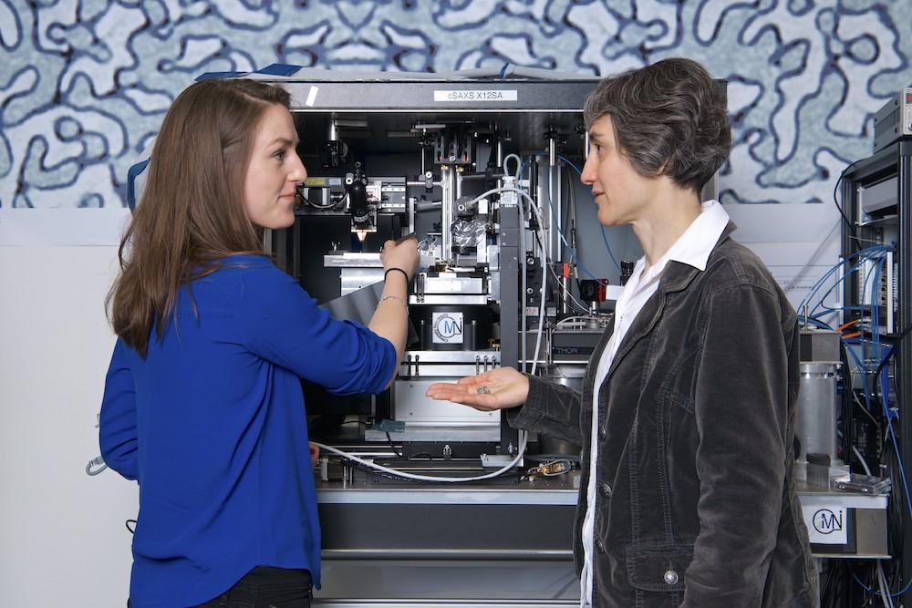 Die beiden PSI-Forscherinnen Claire Donnelly (li.) und Laura Heyderman.
