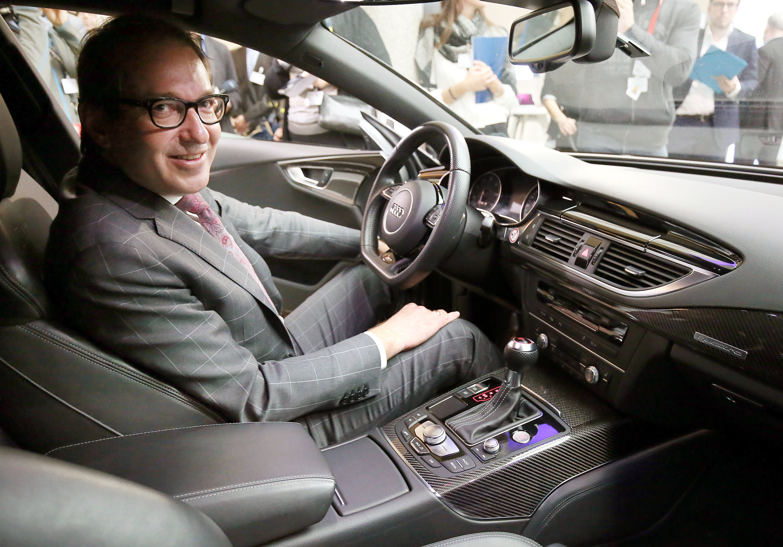 BundesverkehrsministerAlexander Dobrindt (CSU) hat in Berlin mit Autoherstellern und Entscheidungsträgern der Länder die Zukunft der Dieselmotoren diskutiert.