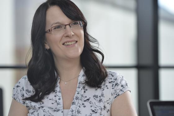Die Sprachwissenschaftlerin Alexandra Schladebeck hat selbst als Testmanagerin gearbeitet. Heute stellt sie Testmanager ein.