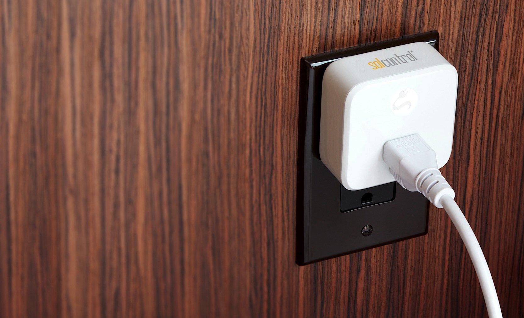 Über ein Adapter, das einfach in die Steckdose gesteckt wird, kann auch Strom ins Netz eingespeist werden. Dazu verfügt das System über einen Wechselrichter, der nach BedarfGleich- und Wechselspannung erzeugt.