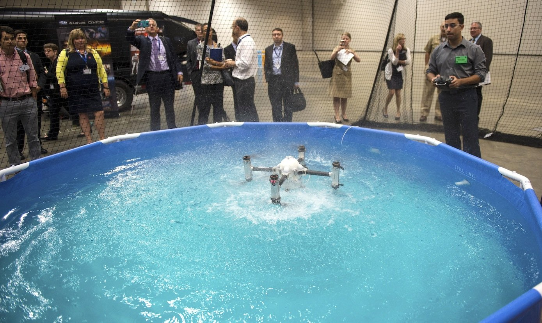 Forscher Marco Maia von der Rutgers University stellt der US Navy die neue Drohne vor, die in der Luft fliegen und im Wasser tauchen kann.