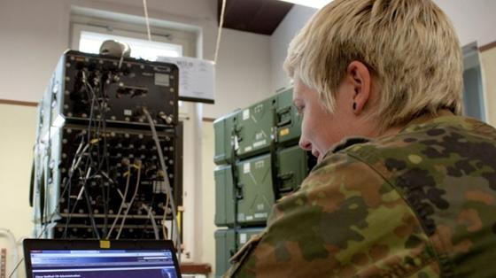 Bei der Bundeswehr gibt es IT-Jobs für Zivilisten, für die meisten Stellen muss man sich aber verpflichten.