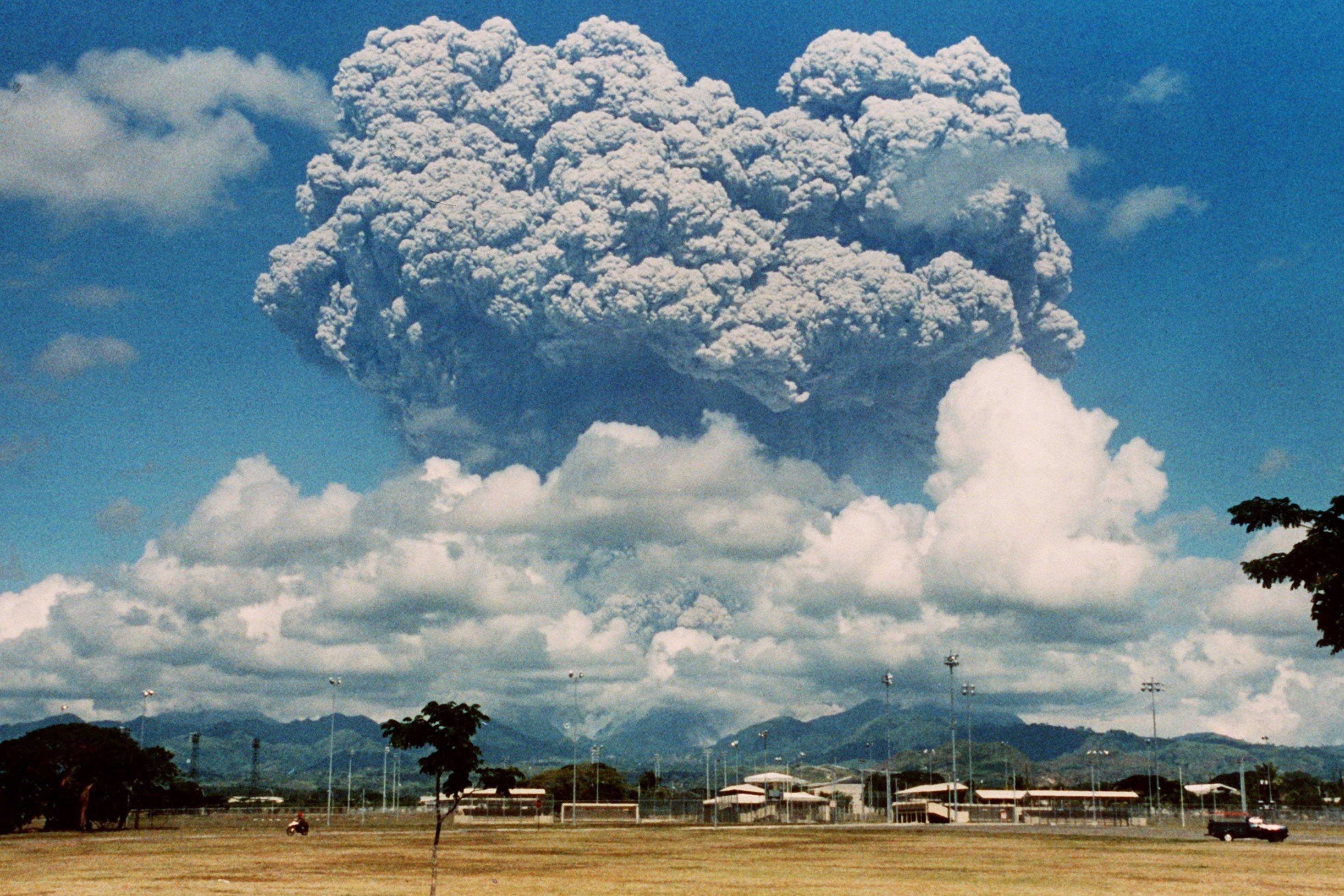 Eine Aschewolke aus dem Vulkan Pinatubo auf der Nordinsel Luzon/Philippinen ist am 9. Juni 1991 über der US-amerikanischen Clark Air Base zu sehen. Der schwere Ausbruch forderte bis zu 1.000 Menschenleben.
