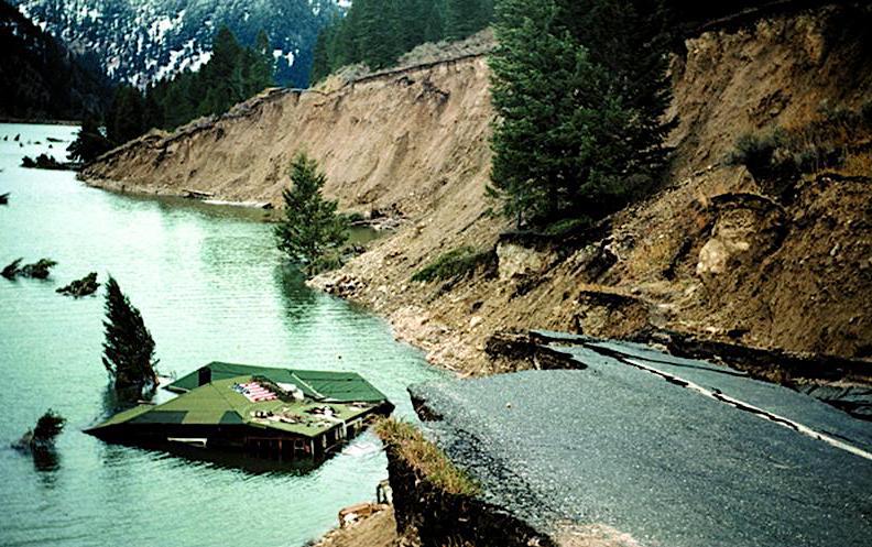 Dieses Haus fiel während des Erdbebens von 1959 in den Hebgen Lakeund trieb entlang der Küste, bis es am Yellowstone-Plateau landete. Die damals 70-jährige Hausbesitzerin Grace Miller konnte sich erst im Wasser durch die Haustüre retten.